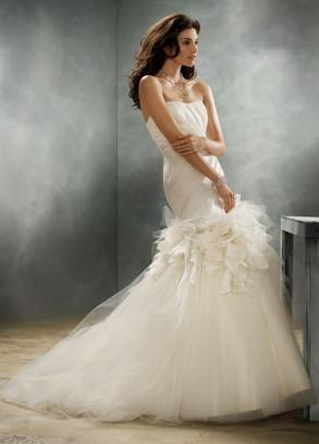 Jim Hjelm 8159 via Bravo Bride - Wedding Belles Blog