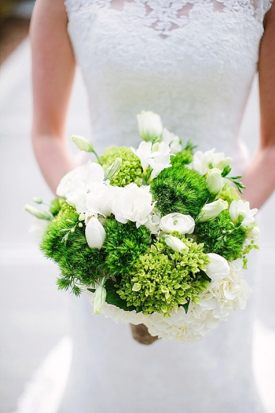 Green and White Bouquet - Preppy and Classic Kelly Green Wedding - Wedding Belles Blog